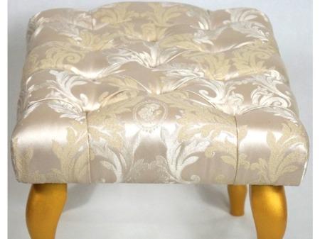 Unikatowa Ławeczka Pufka Pikowana Angielska Złoto Srebrna Nihal 5600, Guziki tapicerowane złota ekoskóra, Nogi Ludwik Złote 50cm